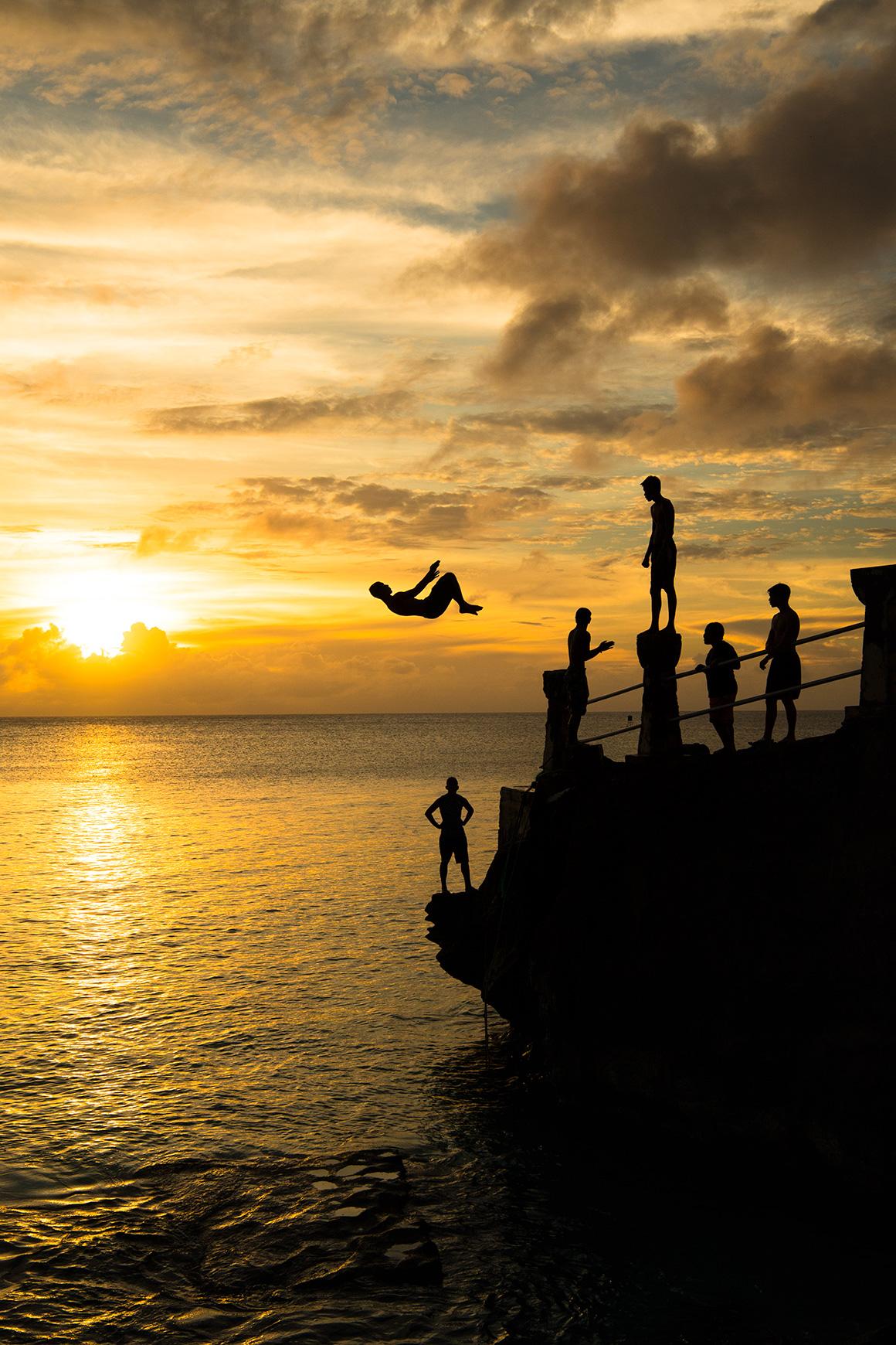 タガビーチで夕日をバックに飛び込み